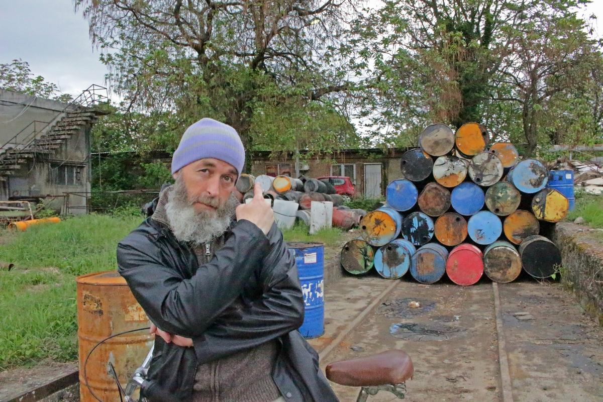 Petar-Beluhan-pokazuje-na-vrata-studija-gdje-su-snimili-1-album-