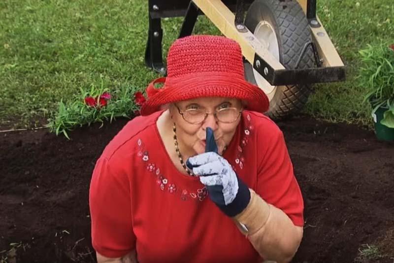 85336_baka-zakopava-svog-supruga_ls